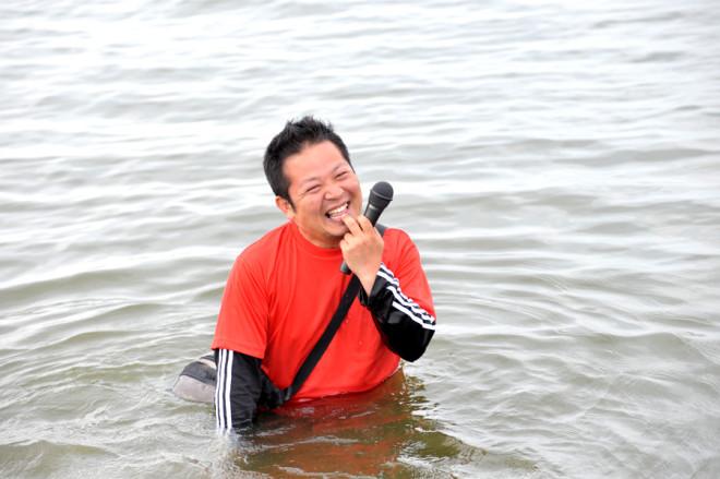 MCさんが入水!?「水温OK-!!!」